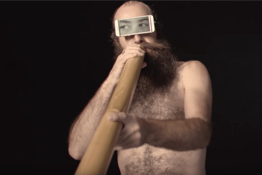 Мужчина играет на трембите